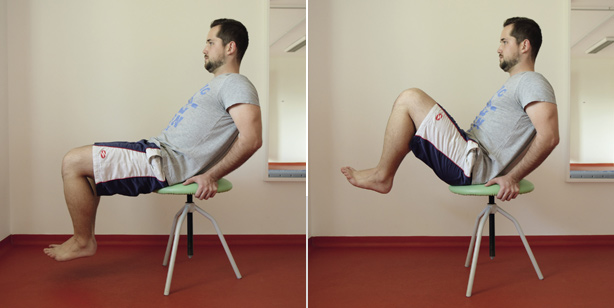 Přitahování nohou na okraji židle